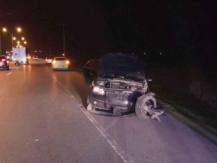 Duble yolda korkutan kaza.. Aydınlatma direğine çarptı