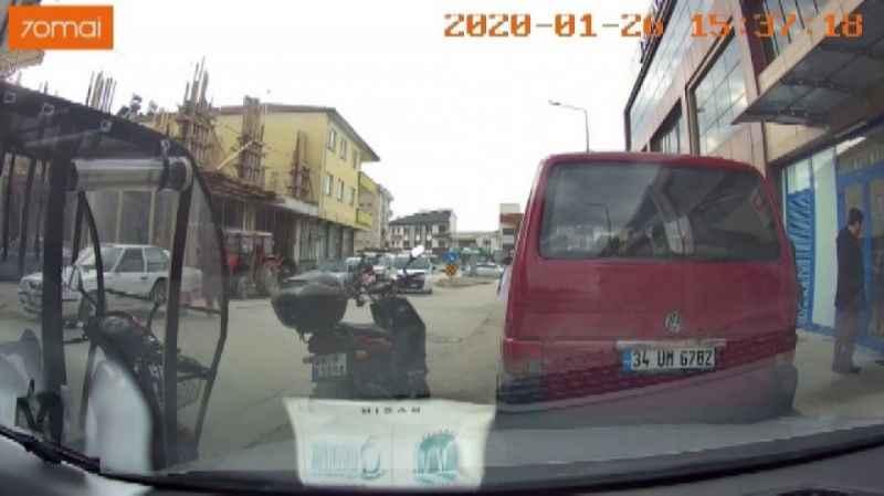Aniden açılan araç kapısı motosikletli gencin canına mal oluyordu