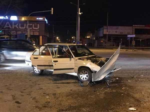 Dörtyolda otomobil ile kamyonet çarpıştı: 2 yaralı