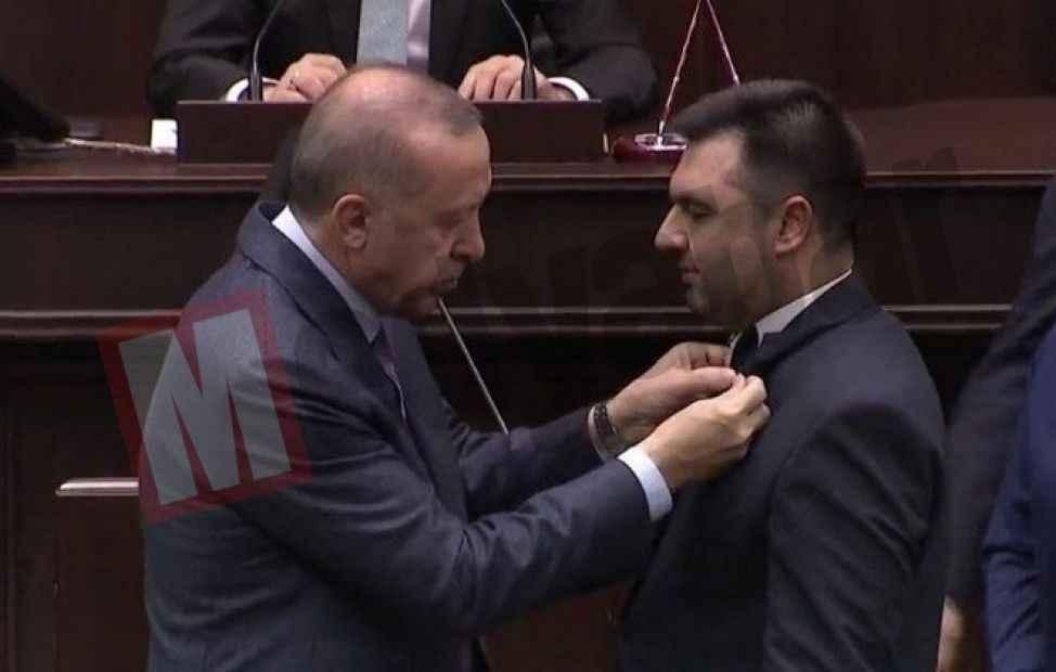 Güven Övün Ak Parti'de.. Erdoğan rozeti taktı