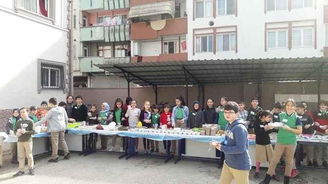 Elazığ'daki depremzede kardeşleri için kermes düzenlediler
