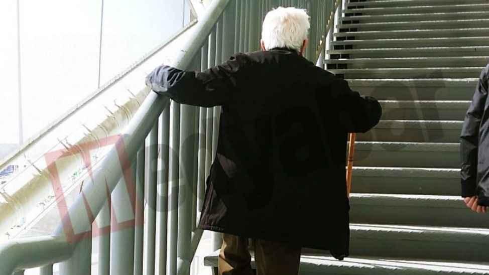 Asansörler kilitli olunca yaşlılar merdiveni kullandı