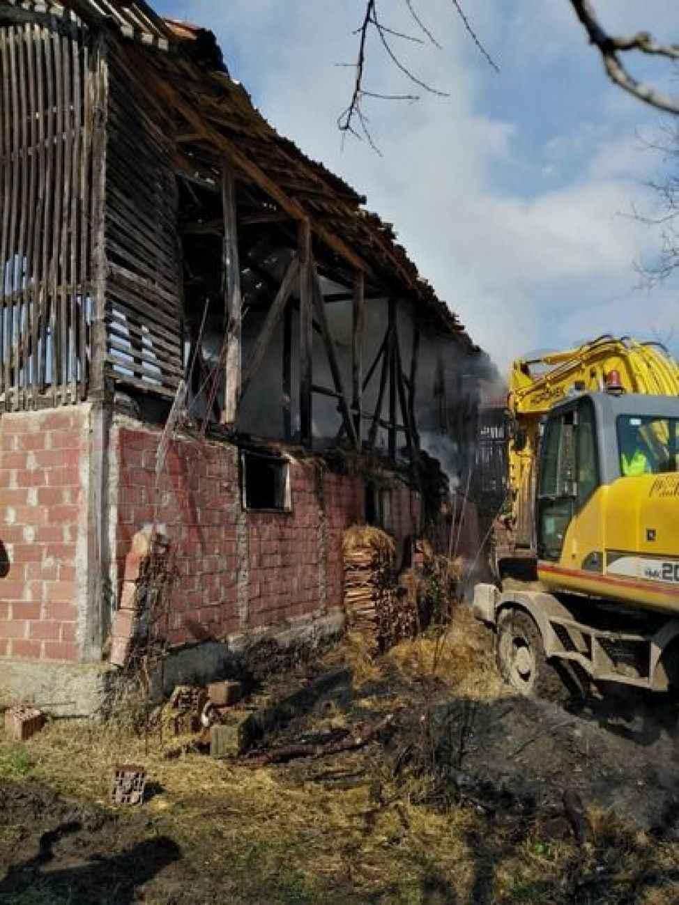 Hendek'te iki katlı samanlıkta yangın çıktı