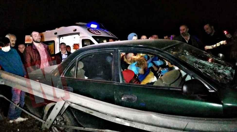 Otomobil bariyerlere saplandı! 1 kadın yolcu araçta sıkıştı...