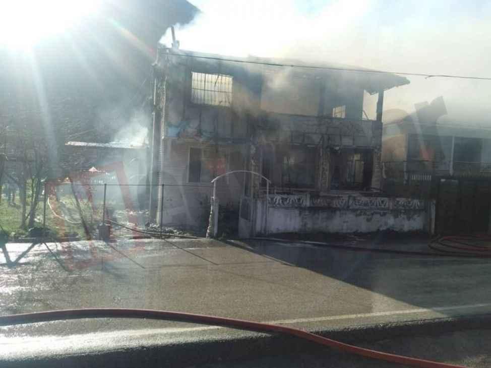Geyve'de iki katlı ev alev alev yandı !