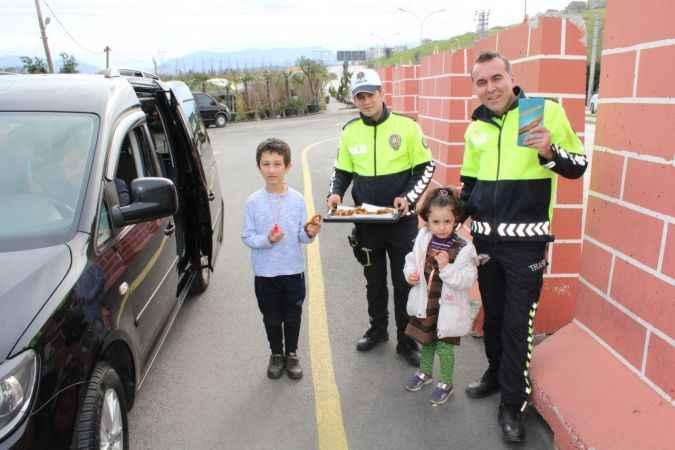 Sakarya polisi yolculara kandil simidi dağıttı