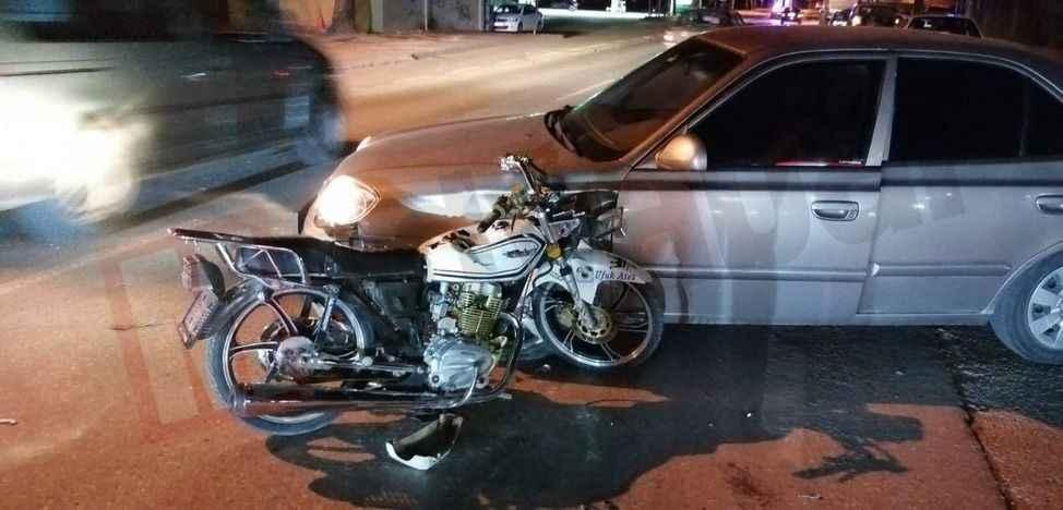 Motosiklet akaryakıt istasyonundan çıkan otomobile çarptı