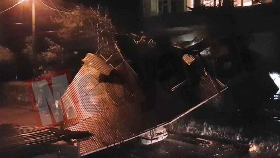 Sapanca'da fırtına.. Uçan çatı otomobilin üzerine düştü