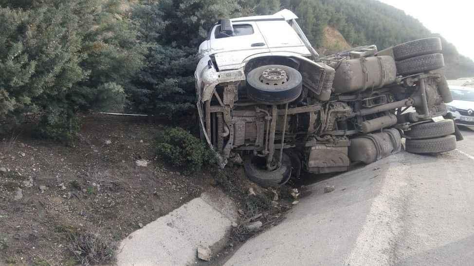 Devrilen TIR'ın sürücüsü kazayı yara alamadan atlattı