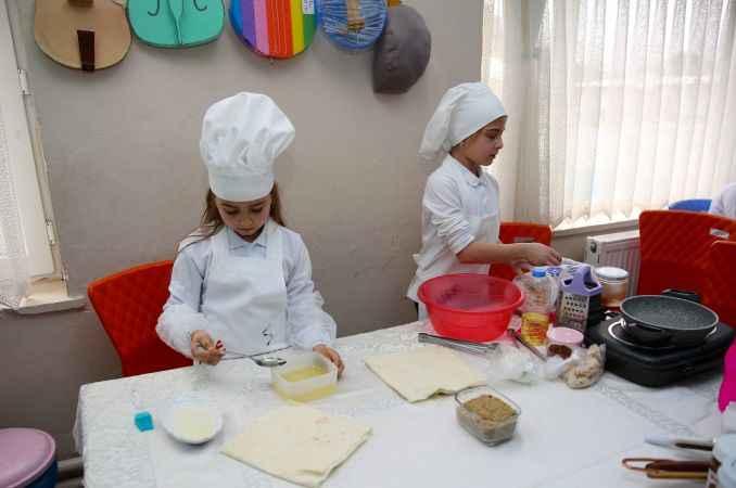 """Küçük öğrenciler """"kendileri pişirip kendileri yiyor"""""""