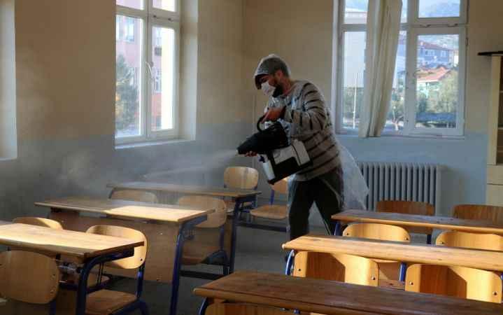 Pamukova'da okullar koronavirüse karşı dezenfekte ediliyor