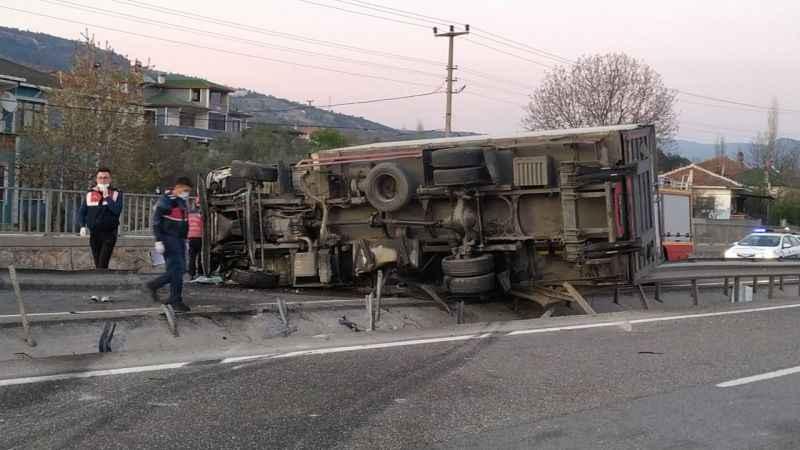 Sakarya'da devrilen kamyonun sürücüsü yaralandı