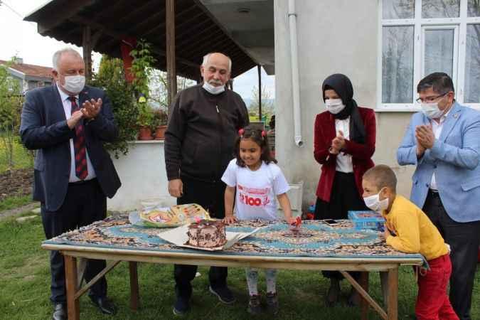 Sakarya'da 23 Nisan'da doğan öğrenciye sürpriz doğum günü
