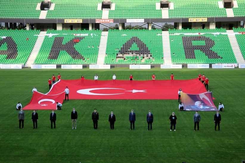 Stadyumda bayram coşkusu! Türk bayrağı ve Atatürk posteri açıldı