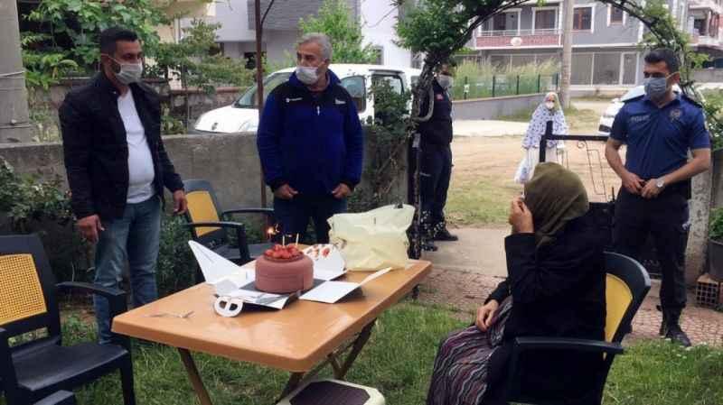1 ay önce korona virüsten oğlunu kaybeden yaşlı kadına doğum günü sürprizi
