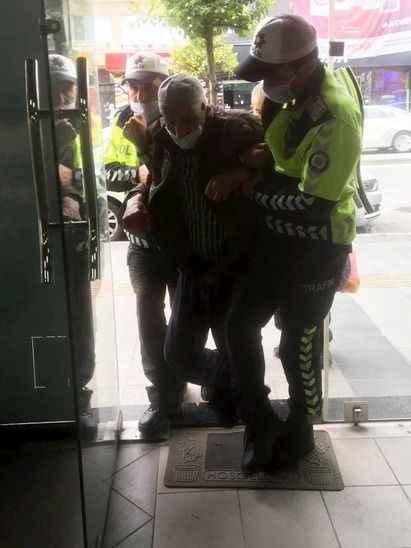 Sakarya'daki polislerin davranışını Türk Polis Teşkilatı paylaştı