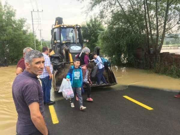 Sağanakta evlerinde mahsur kalan ailelere belediye ekipleri yardım etti