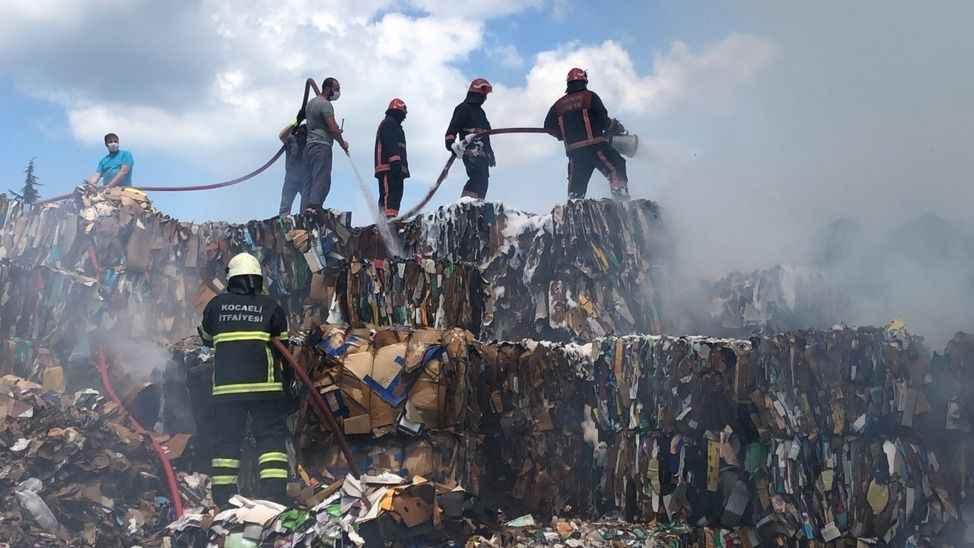 Açık depolama alanındaki atık kağıtlar alev alev yandı