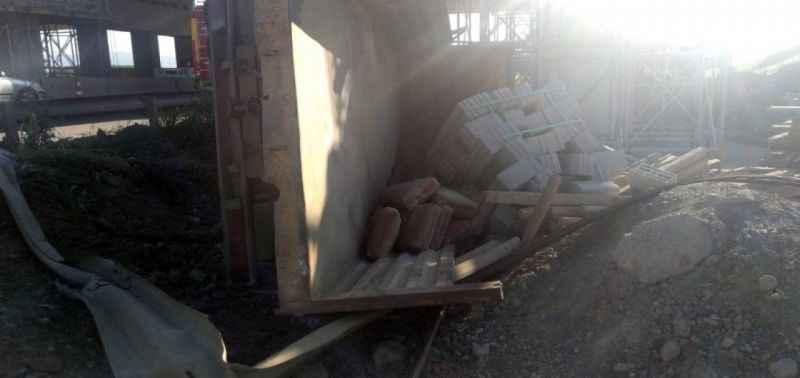 Akyazı'da inşaat malzemesi yüklü kamyonet devrildi: 2 yaralı