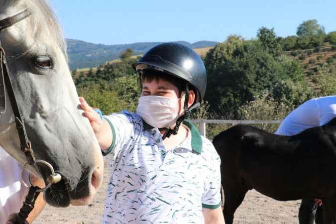 """Otizmli çocuktan etkilenip kurduğu tesiste """"özel"""" çocukları atla terapi ediyor"""