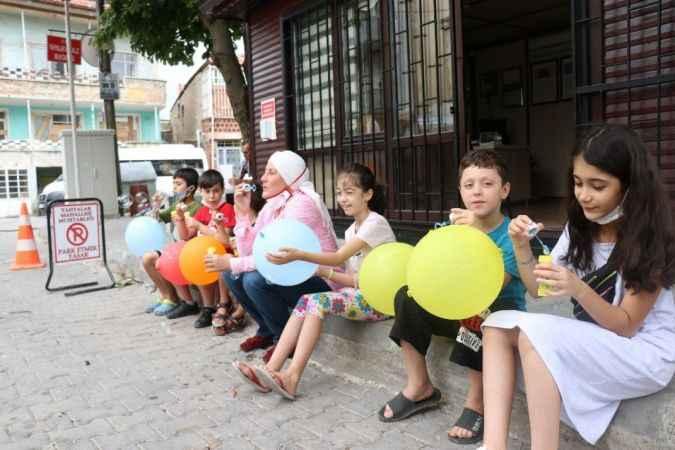 Hijyenle birlikte çocuklara mutluluk dağıttılar