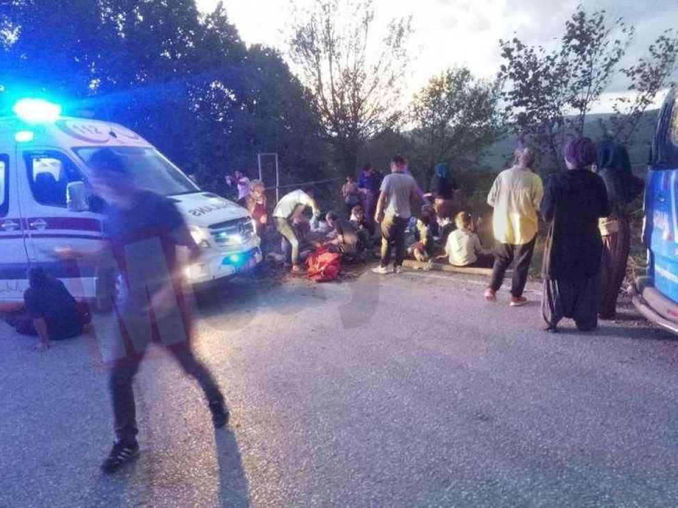 Hendek'te fındık işçilerini taşıyan traktör devrildi!