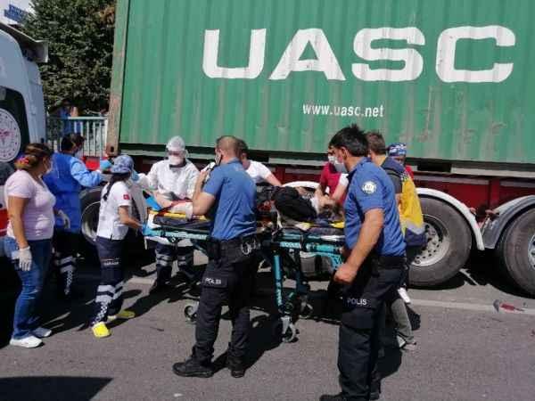 D-100'de otomobil yol kenarında bekleyen tıra çarptı: 1'i ağır 3 yaralı