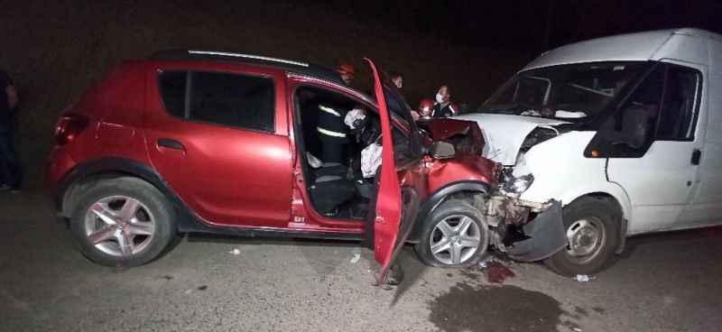 Minibüs ile otomobil kafa kafaya çarpıştı; 1 ölü 1 yaralı