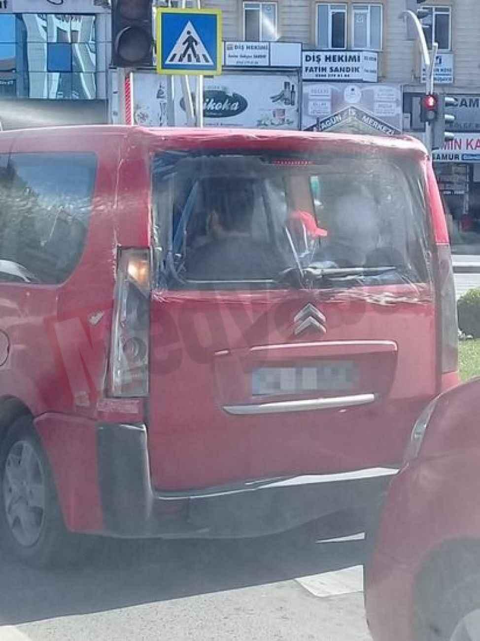 Trafikte görenler çok şaşırdı… Hem kazalı hem camı yok