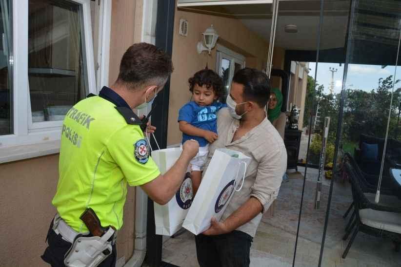Polis maketine sarılan çocuğa polis arabası ve kıyafeti hediye ettiler