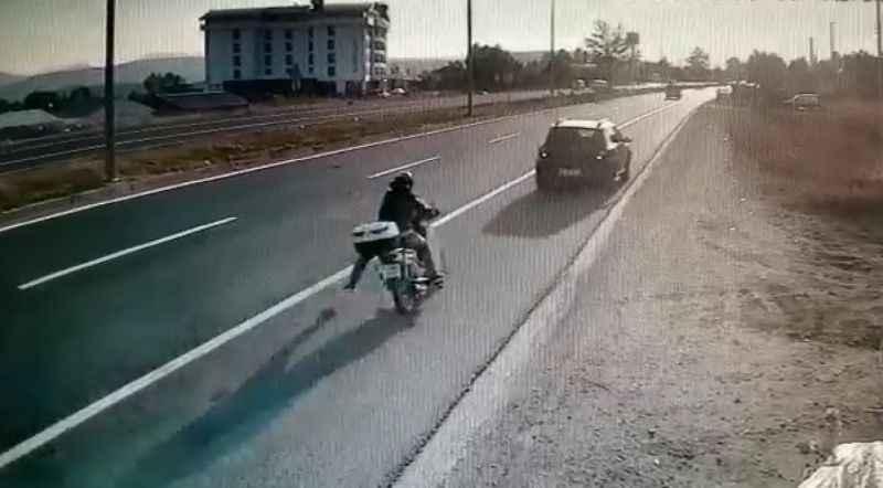 D-100'de otomobile çarpan motosikletin sürücüsü ağır yaralandı