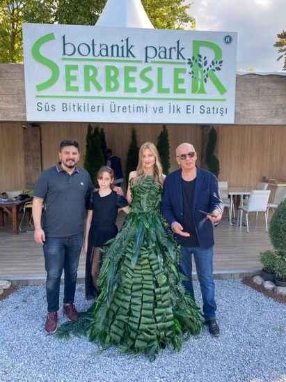 Serbesler Botanik festivalde fark yarattı! 300 yapraklı elbise tasarımı ilgi gördü