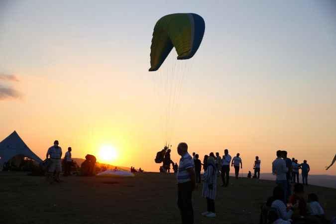 Kırantepe, salgın döneminde de yamaç paraşütü tutkunlarının ilgisini çekiyor