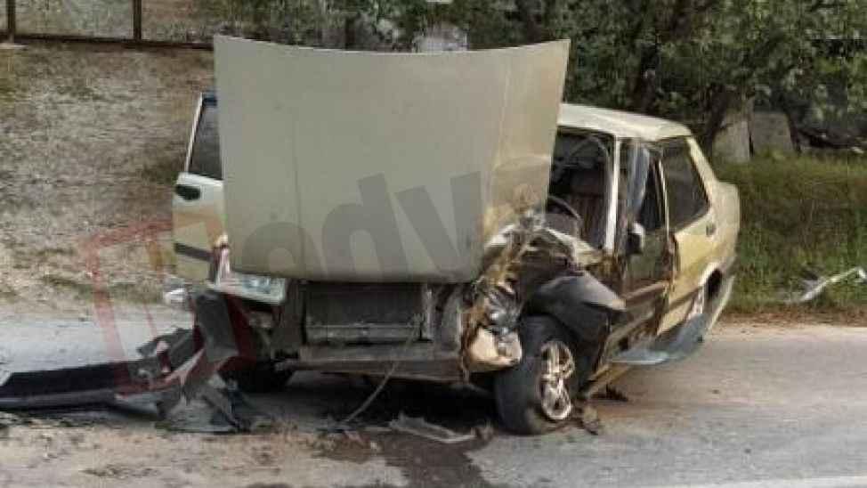 Hafriyat kamyonunun lastiğine çarpan otomobil bu hale geldi!