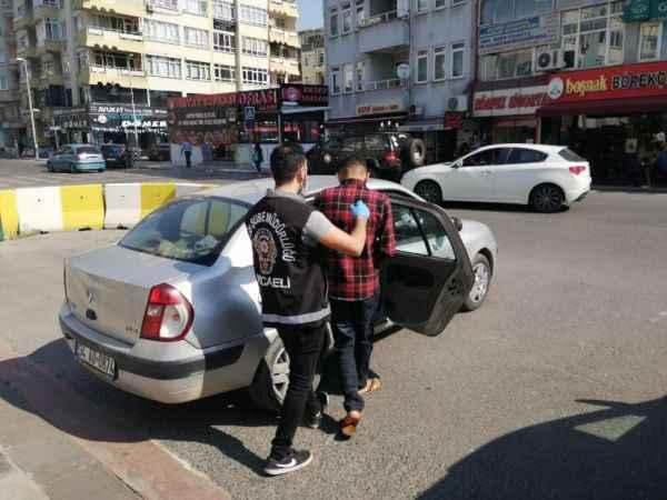 Sahte polis ve savcılar dolandırıcılık paralarını çekerken yakalandı
