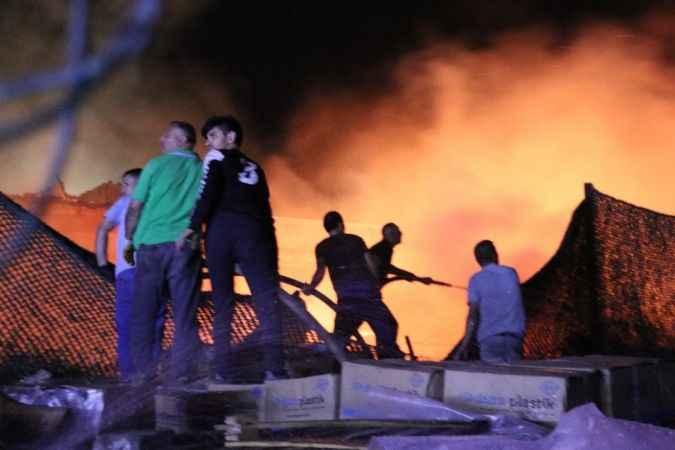 Kocaeli'deki palet fabrikası yangını 2 saatte kontrol altına alındı