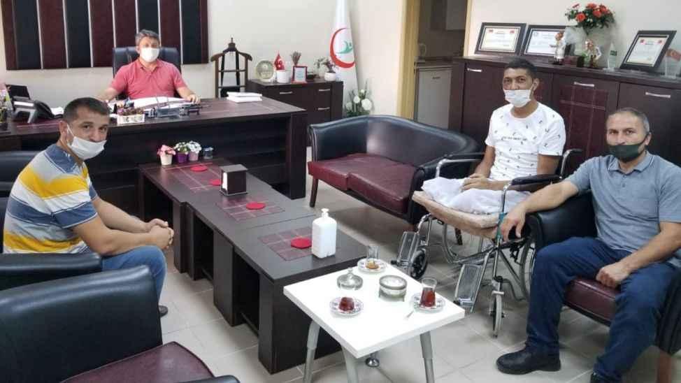 Sakarya'daki patlamada yaralanan kamyon şoförü, tedavi gördüğü hastaneyi ziyaret etti