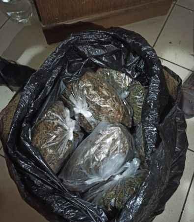 Sakarya'da jandarmadan kaçan şüpheliler içinde uyuşturucu olan poşeti dere yatağına attı