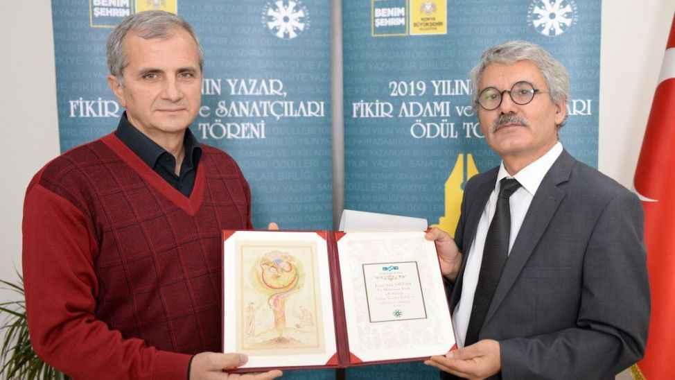 """TYB'nin """"Yazar, Fikir Adamı ve Sanatçıları"""" ödülü gezi alanında Prof. Dr. Sağlam'a verildi"""