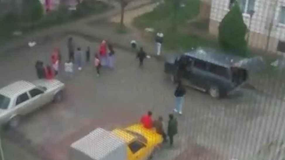 Yasakta sokağa çıkıp göbek atan 2 kişiyi polis affetmedi