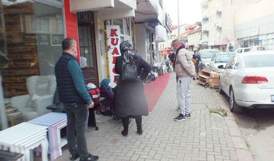 Yaşlı kadın bir anda yere yığıldı