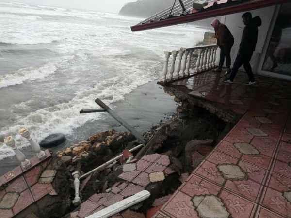 Karadeniz'de oluşan dalga, turizm tesisinin duvarını yıktı
