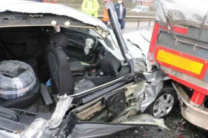 Sakarya'da otomobil tırın altına girdi: 3 yaralı