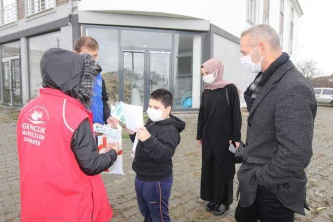 Hendek'te pandemi sürecinde evden çıkamayan gençlere kitap hizmeti