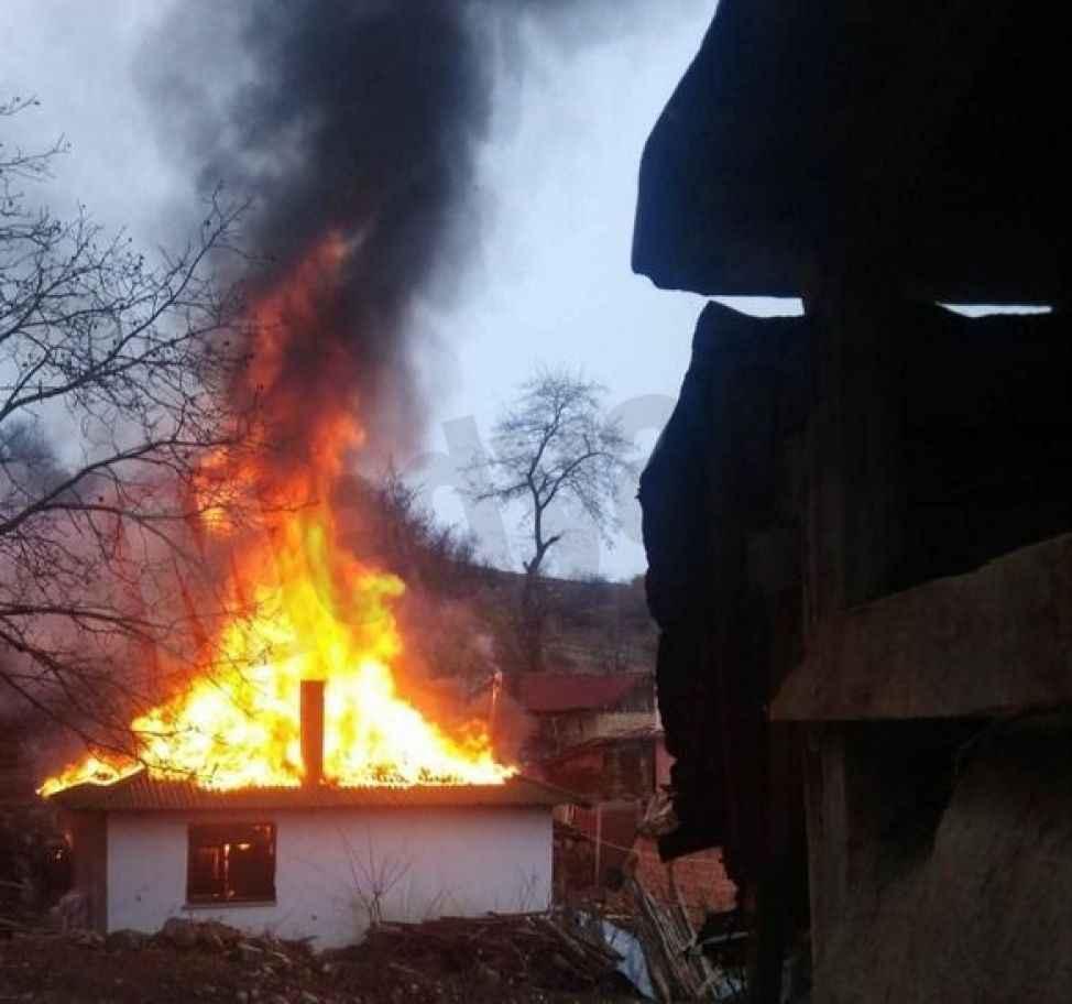 Anne kızın yaşadığı ahşap bina tamamen yanarak kül oldu
