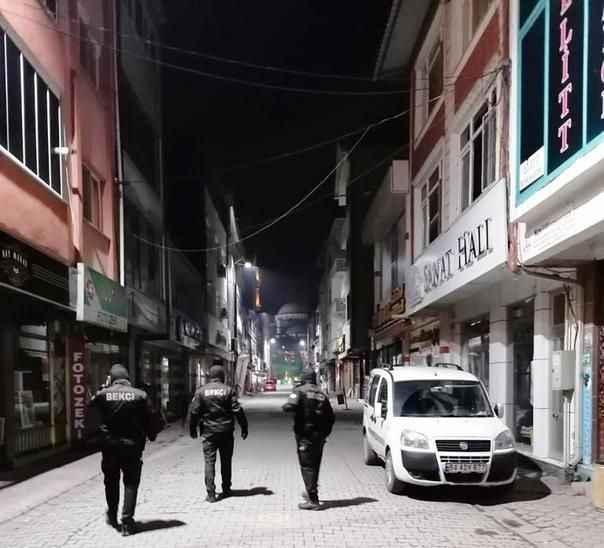Kaçak misafirler sokakta yakalandı... Bekçilerin gözünden kaçmadı!