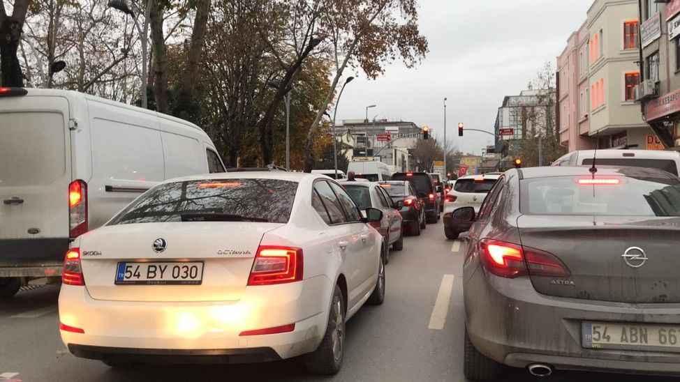 Kısıtlamaya saatler kaldı... Şehirde trafik yoğunluğu başladı