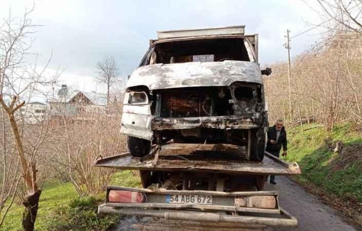 Alevlere teslim olan kamyoneti gönüllü itfaiyeciler söndürdü
