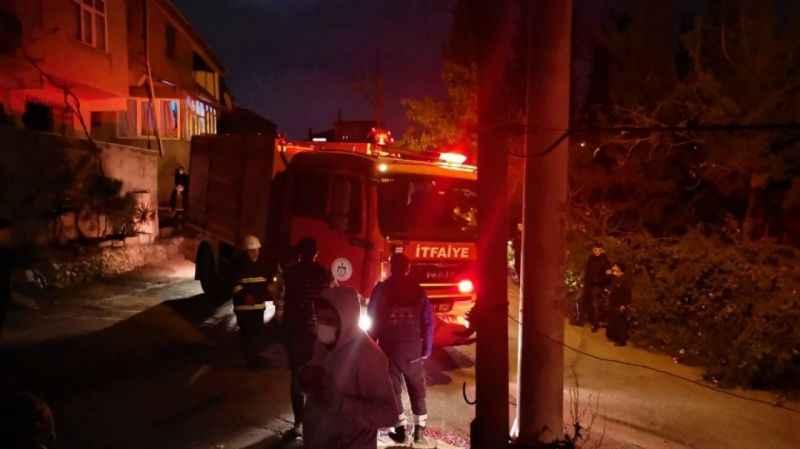 Kocaeli'de 3 katlı evin çatısında çıkan yangın paniğe sebep oldu