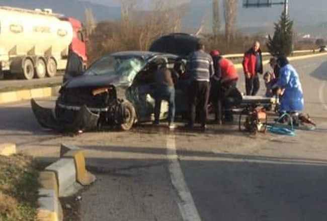Otomobil ile tanker kafa kafaya çarpıştı: 1'i çocuk 5 yaralı